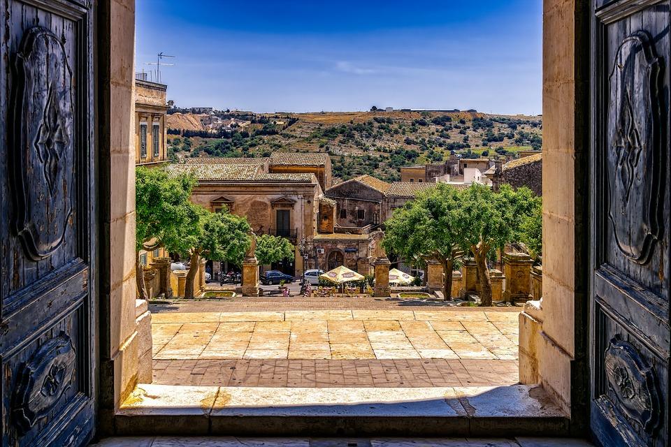 Cancello della chiesa, matrimonio in Sicilia